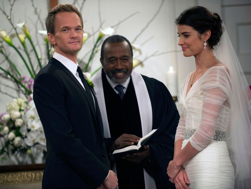 Endlich ist es so weit: Barney (Neil Patrick Harris, l.) und Robin (Cobie Smulders, r.) werden von Sam Gibbs (Ben Vareen, M.) getraut. - Bildquelle: 2014 Twentieth Century Fox Film Corporation. All rights reserved.