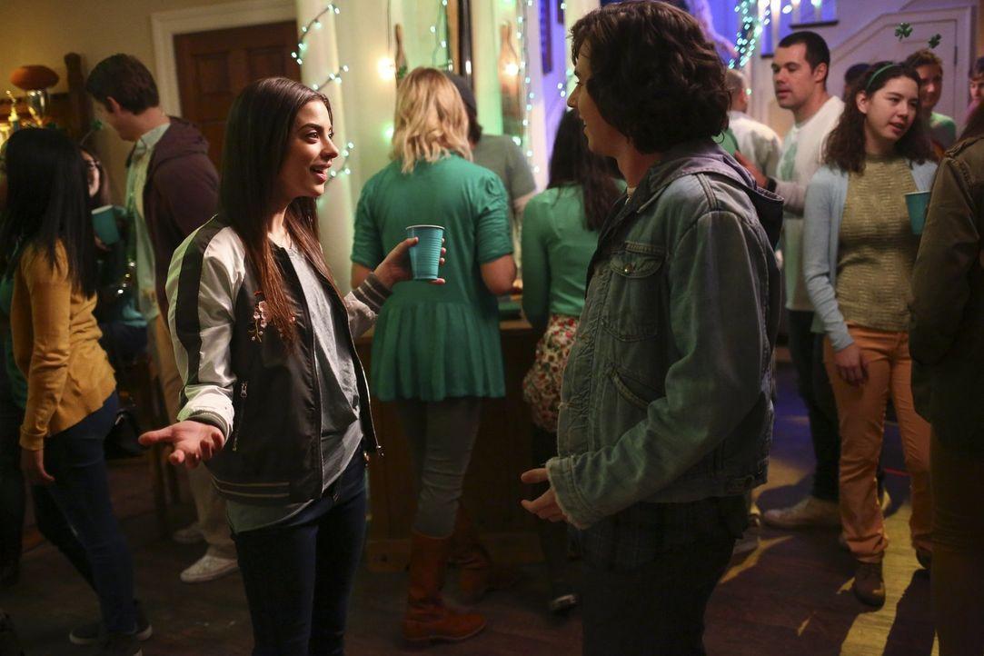 Als Axl (Charlie McDermott, r.) auf einer Party auf Devin (Gia Mantegna, l.) trifft, ahnt er noch nicht, dass sie nicht die einzige alte Flamme blei... - Bildquelle: Warner Bros.