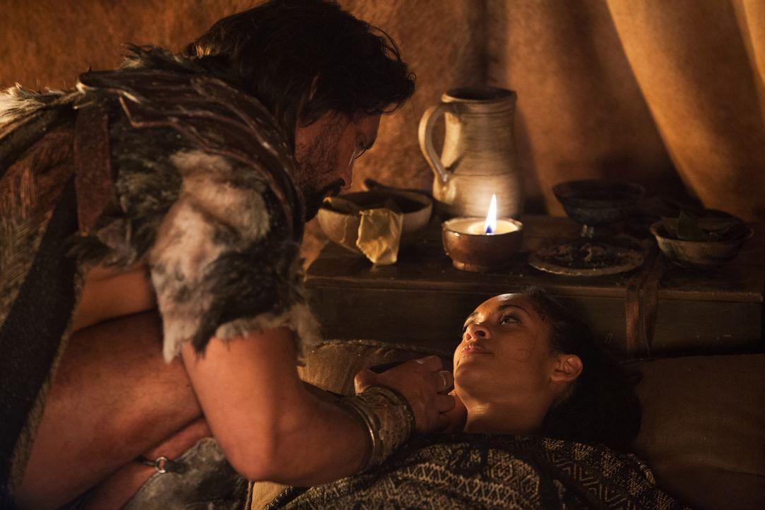 Als Naevia (Cyntha Addai-Robinson, r.) bei einem Überfall auf die Römer schwer verletzt wird, liegen Crixus' (Manu Bennett, l.) Nerven überaus blank... - Bildquelle: 2012 Starz Entertainment, LLC. All rights reserved.