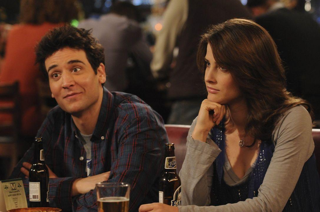 Während Ted (Josh Radnor, l.) bei Tiffany am Haken hängt, hält Robin (Cobie Smulders, r.) hält Kameramann Mike hin ... - Bildquelle: 20th Century Fox International Television