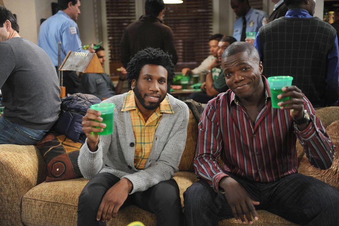 Geben eine St. Patrick's Day Party: Carl (Reno Wilson, r.) und Samuel (Nyambi Nyambi, l.) ... - Bildquelle: Warner Brothers
