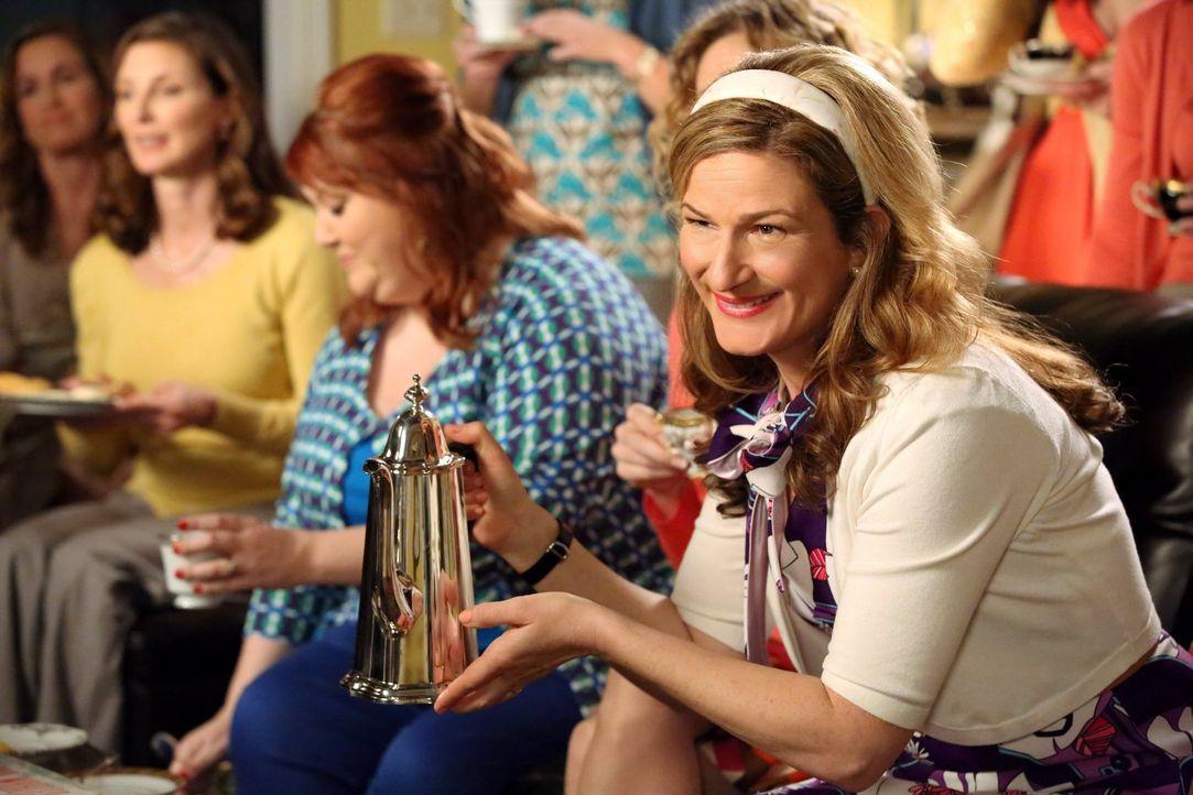 Sheila (Ana Gasteyer) ist mit Noah gar nicht zufrieden. Bei einem Teestündchen mit George macht sie ihm klar, dass er ihn aus seinem Luxushotel hole... - Bildquelle: Warner Brothers