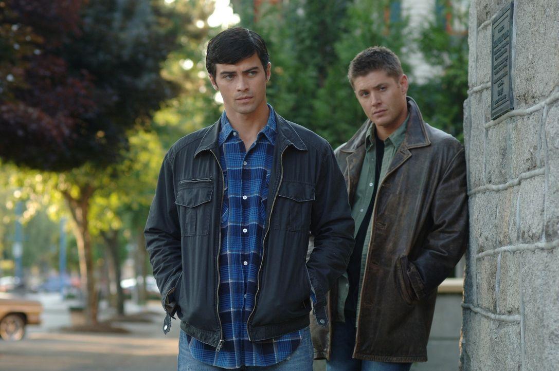 Dean (Jensen Ackles, r.) wird von Castiel in die Vergangenheit zurückgeschickt und trifft im Jahr 1973 seine Eltern Mary und John (Matt Cohen, l.),... - Bildquelle: Warner Bros. Television