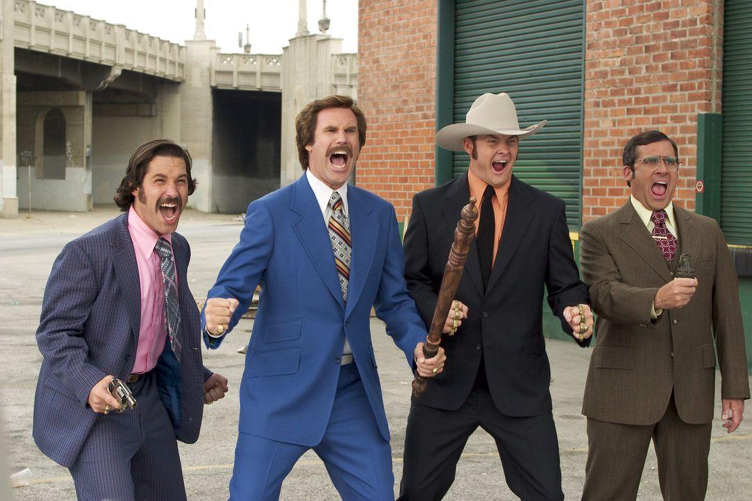 Mit seinem Team, Brian (Paul Rudd, l.), Champ (David Koechner, 2.v.r.) und Wetterfrosch Brick Tamland (Steve Carell, r.), ist Ron Burgundy (Will Fer... - Bildquelle: Frank Masi DreamWorks
