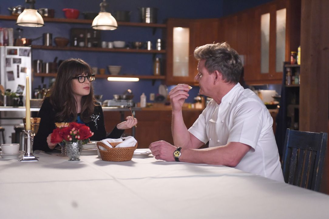 Valentinstag mit Gordon Ramsay (Gordon Ramsay, r.)? Eigentlich wollte Jess (Zooey Deschanel, l.) den Tag der Verliebten als glücklicher Single allei... - Bildquelle: Ray Mickshaw 2017 Fox and its related entities. All rights reserved. / Ray Mickshaw
