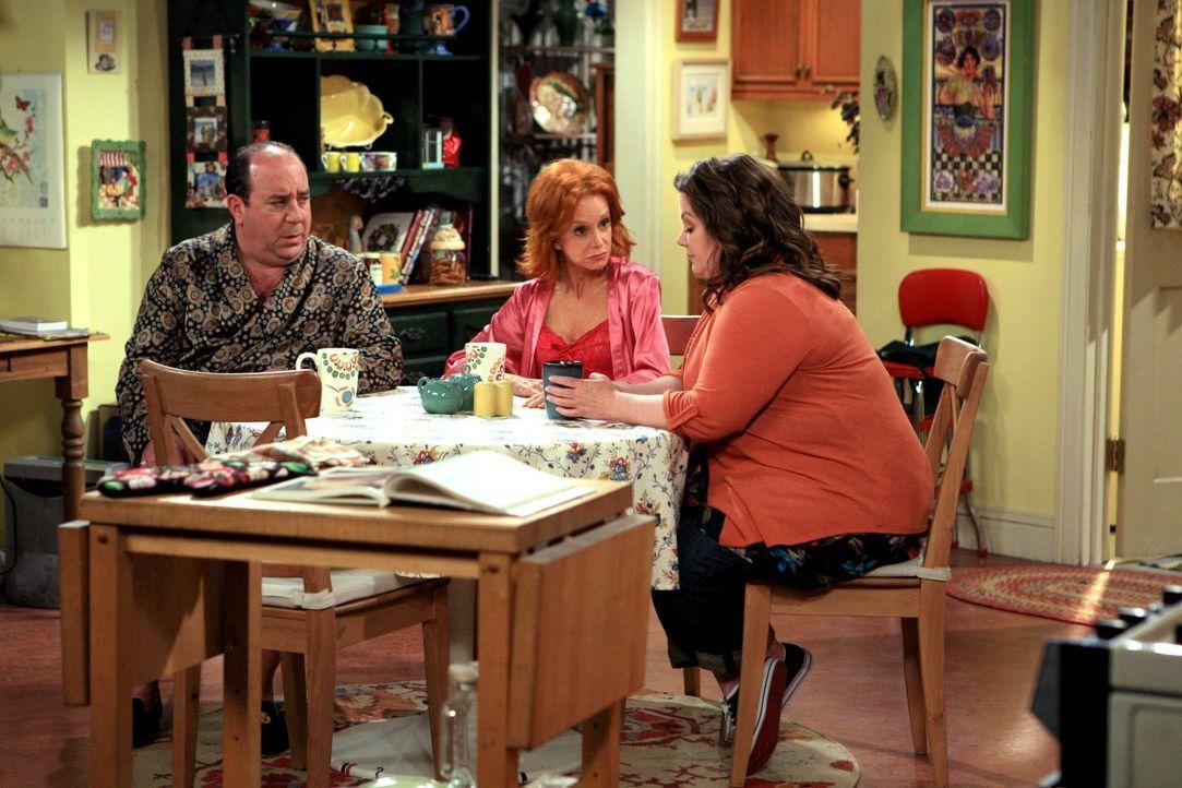 Sucht Rat bei Vince (Louis Mustillo, l.) und ihrer Mutter Joyce (Swoosie Kurtz, M.): Molly (Melissa McCarthy, r.) ... - Bildquelle: 2010 CBS Broadcasting Inc. All Rights Reserved.