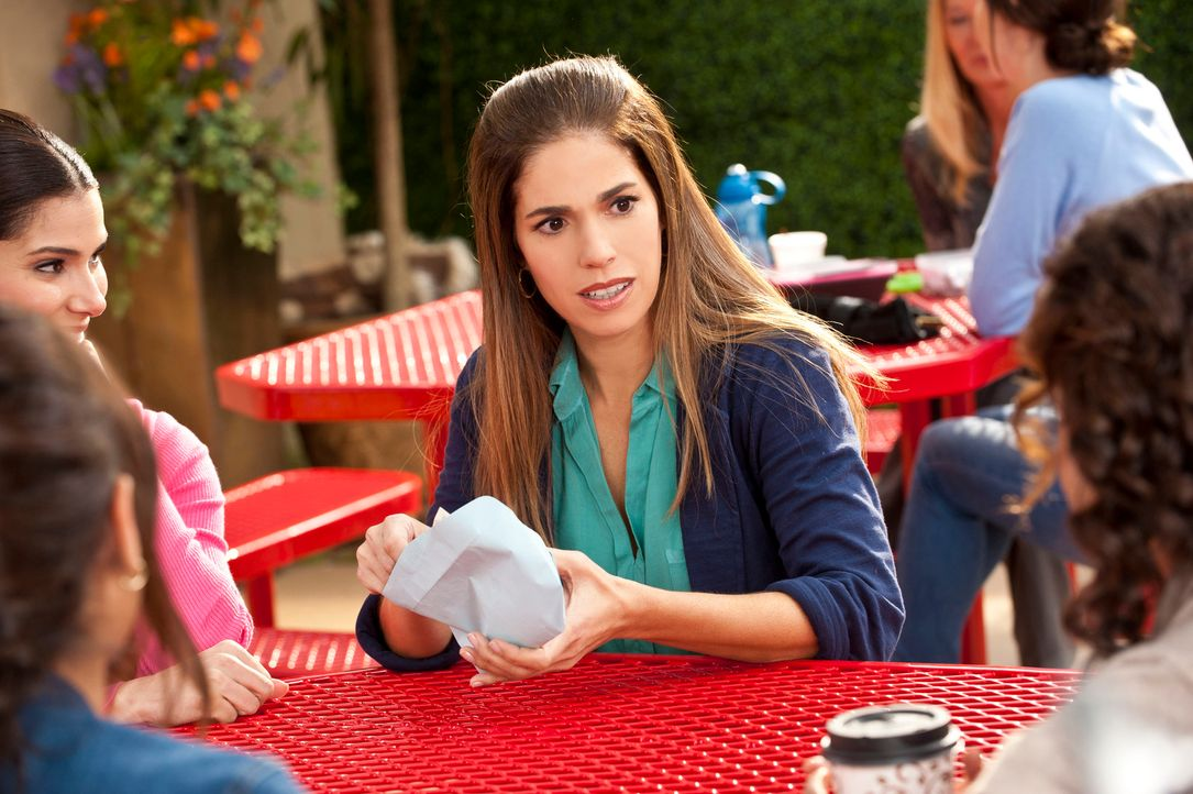 Tauschen sich gegenseitig etwas aus, um auf dem neusten Stand zu sein: Marisol (Ana Ortiz, 2.v.r.), Rosie (Dania Ramirez, 2.v.l.), Carmen (Roselyn S... - Bildquelle: ABC Studios