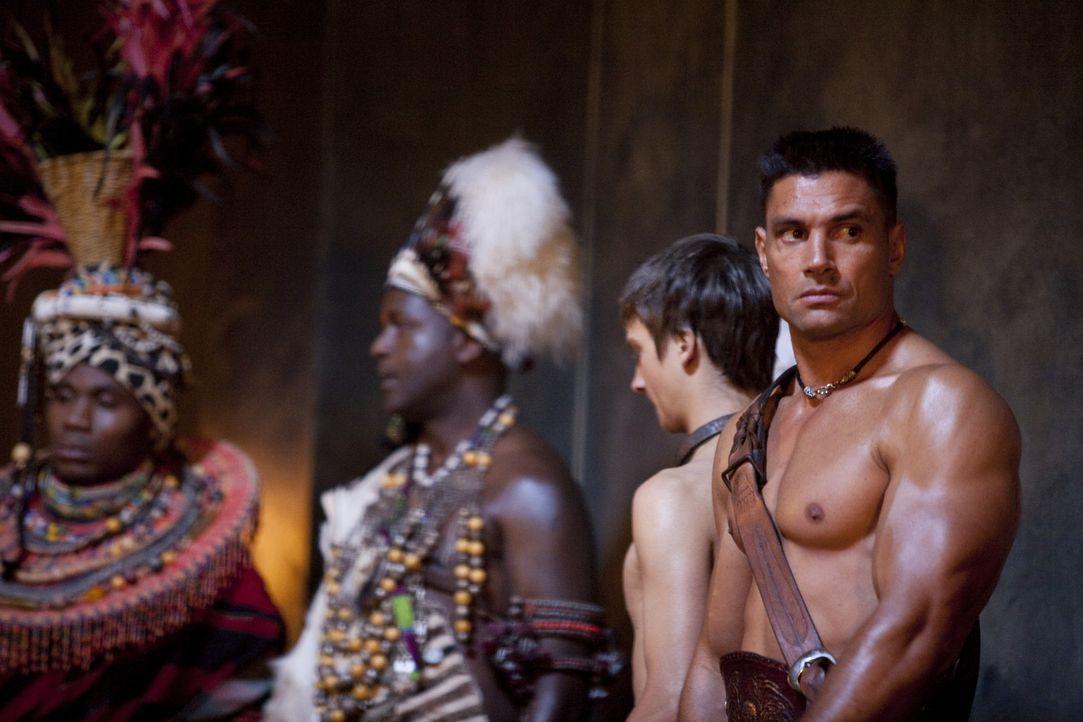 Nach wie vor provoziert Crixus (Manu Bennett, r.) Spartacus bei jeder Gelegenheit. Auf dem Fest der Vulkanalien müssen die beiden Streithähne gege... - Bildquelle: 2010 Starz Entertainment, LLC