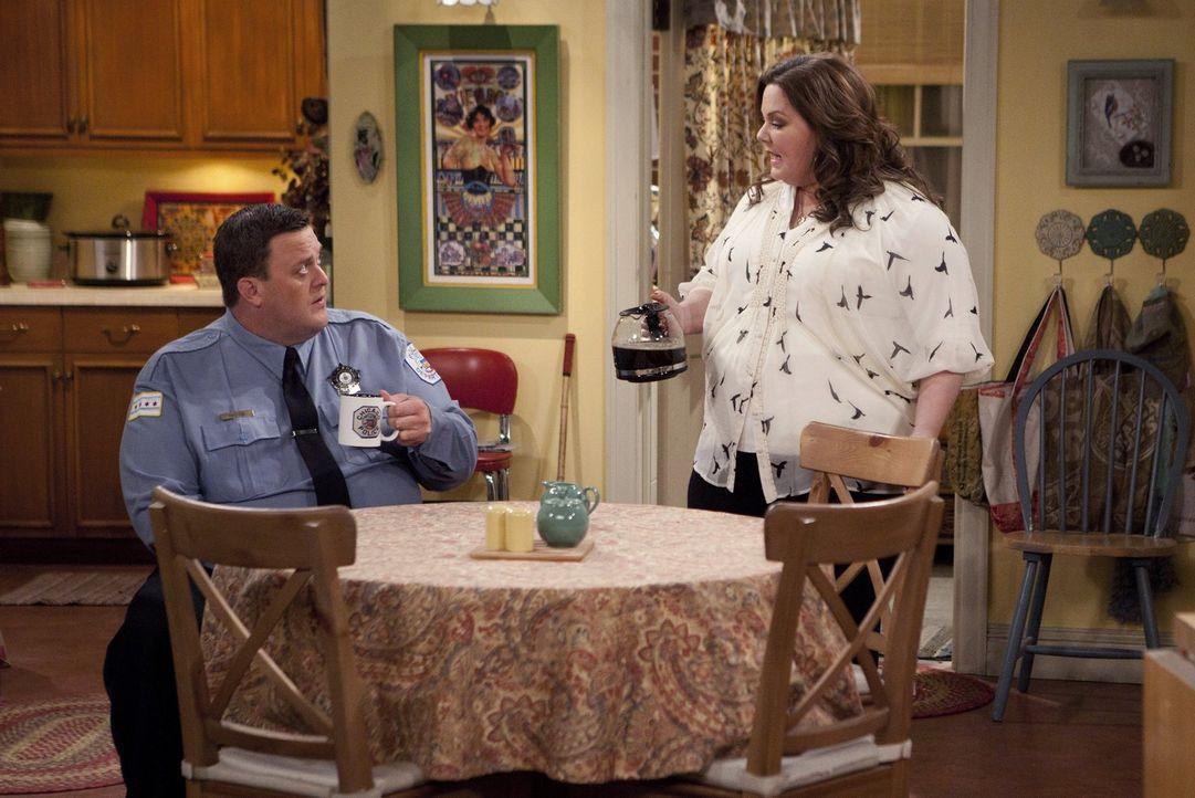 Die Freunde von Mike (Billy Gardell, l.) und Molly (Melissa McCarthy, r.) planen einen Junggesellenabschied. Während Carl mit Mike und den Jungs in... - Bildquelle: Warner Brothers