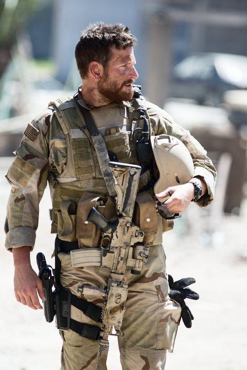 Während daheim seine Frau und die Kinder um ihn zittern, riskiert US-Navy-SEAL und Scharfschütze Chris Kyle (Bradley Cooper) bereits zum wiederholte... - Bildquelle: 2014 Warner Bros. Entertainment Inc.