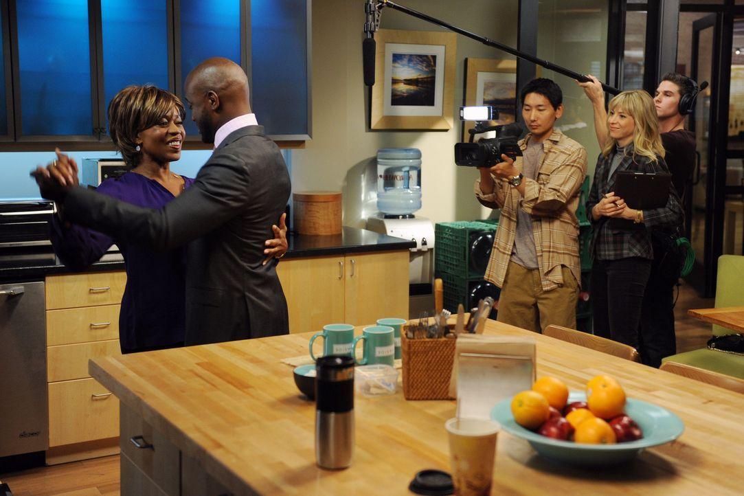 Eine Reality-Show, die sich um Sam (Taye Diggs, 2.v.l.) dreht, nimmt auch das Leben seiner Kollegen ins Visier, während seine Mutter (Alfre Woodard... - Bildquelle: ABC Studios