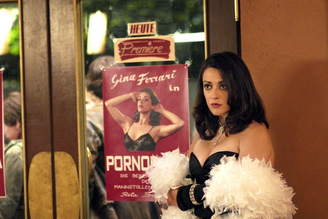 """Es steht eine meterlange Schlange vor dem Kino - allerdings möchte keiner den Film """"Pornorama"""" mit Gina Ferrari (Valentina Lodovini) sehen, sondern... - Bildquelle: Constantin Film"""