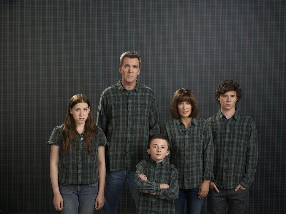 (3. Staffel) - Der alltägliche Wahnsinn ist bei ihnen Dauergast: Frankie (Patricia Heaton, 2.v.r.) und Mike (Neil Flynn, 2.v.l.) und ihre drei Kinde... - Bildquelle: Warner Brothers