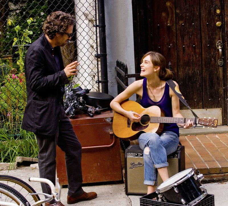 Ihr Zusammentreffen verändert das Leben der beiden: die junge Musikerin Gretta (Keira Knightley, r.) und der strauchelnde Produzent Dan (Mark Ruffal... - Bildquelle: 2013 KILLIFISH PRODUCTIONS, INC. ALL RIGHTS RESERVED.