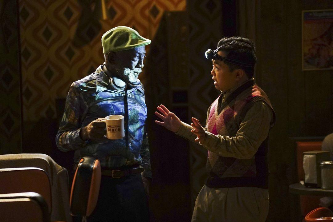 Earl (Garrett Morris, l.) und Han (Matthew Moy, r.) diskutieren im Diner, als dort der Strom ausfällt. Doch das Problem ist schnell behoben. In der... - Bildquelle: 2016 Warner Brothers