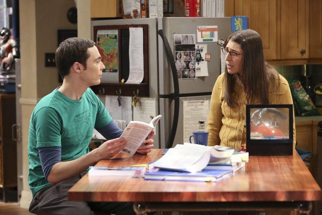 Mit aller Kraft versucht Sheldon (Jim Parsons, l.) zu lernen, wie man Menschen zum Lachen bringen kann. Amy (Mayim Bialik, r.) ist über seine klägli... - Bildquelle: Warner Brothers
