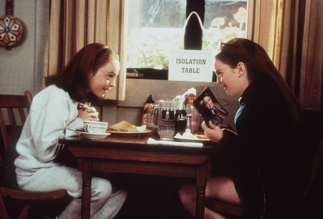 Annie (Lindsay Lohan, l.) und Hallie (Lindsay Lohan, r.) treffen in einem Ferienlager zufällig aufeinander und erfahren so, dass es sie zweimal gib... - Bildquelle: Buena Vista International