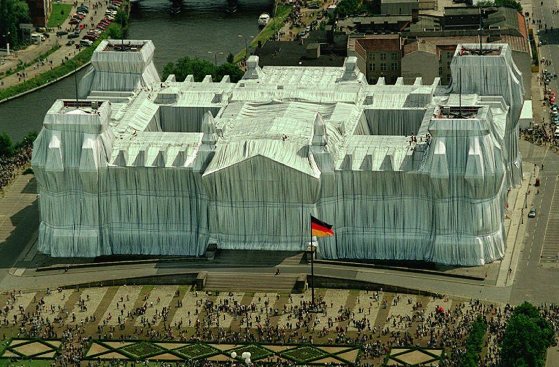 Wrapped Reichstag, Berlin, 1995 - Bildquelle: picture-alliance / dpa   Wolfgang Kumm