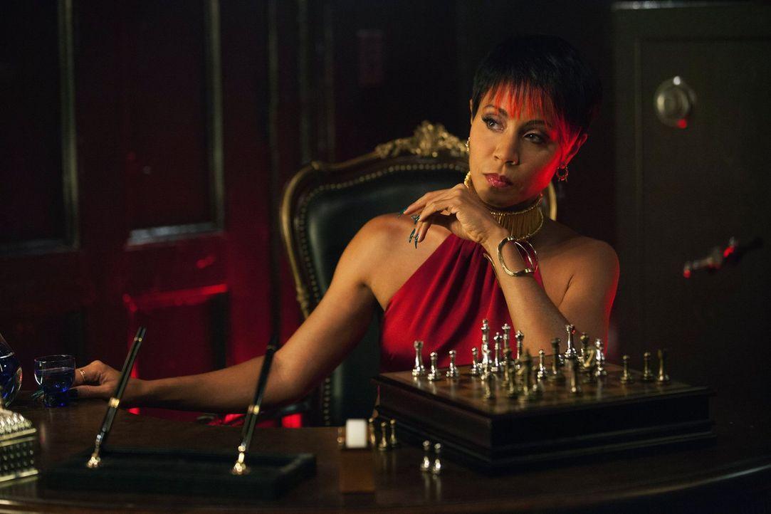 Hat Fish Mooney (Jada Pinkett Smith), Anführerin einer mächtigen Gangstervereinigung von Gotham, etwas mit dem Mord an Thomas und Martha Wayne zu tu... - Bildquelle: Warner Bros. Entertainment, Inc.