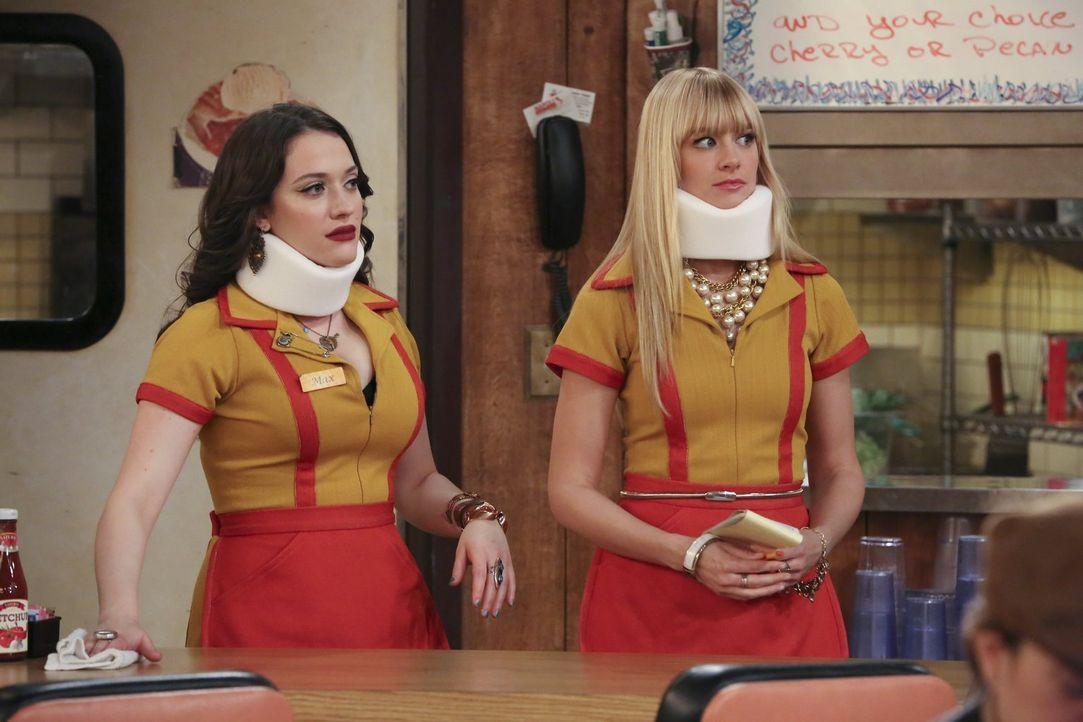 Was ist nur mit Max (Kat Dennings, l.) und Caroline (Beth Behrs, r.) passiert? - Bildquelle: Warner Bros. Television