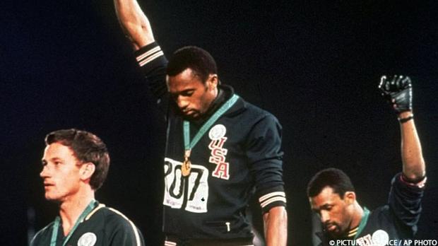 Tommie Smith und John Carlos erheben bei ihrer Siegerehrung bei den Olympisch...