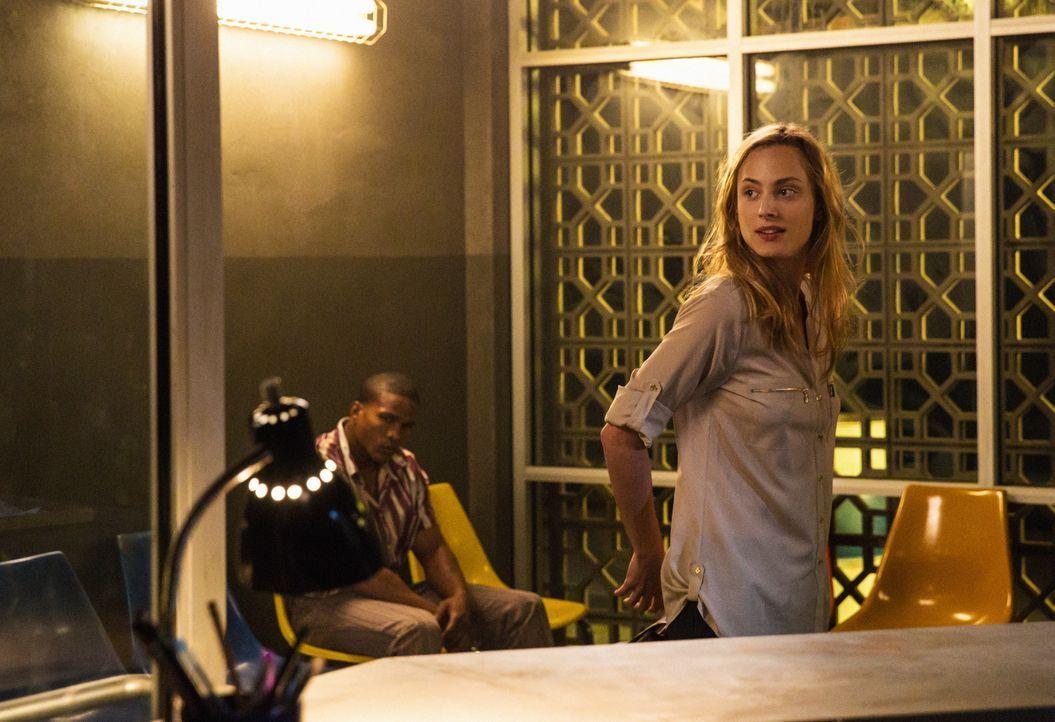 Das Versteckspiel von Chloe (Nora Arnezeder, r.) und Oz zieht Folgen nach sich. Gemeinsam werden die Beiden jetzt eingesperrt ... - Bildquelle: Steve Dietl 2015 CBS Broadcasting Inc. All Rights Reserved.