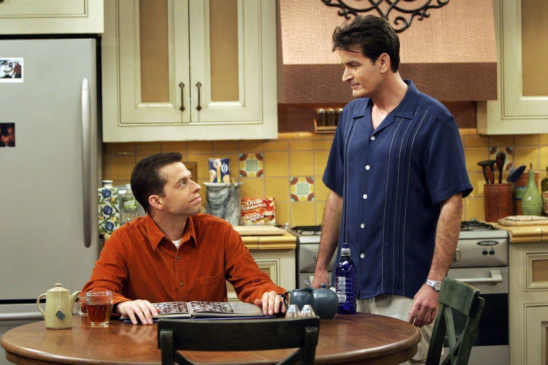 Konkurrieren um die Gunst von Jamie: Charlie (Charlie Sheen, r.) und Alan (Jon Cryer, l.) ... - Bildquelle: Warner Bros. Television