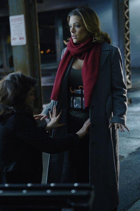 Der unbekannte Anrufer hat Alex (Priyanka Chopra, l.) zu Natalie (Anabelle Acosta, r.) geführt - sie hat einen Sprengstoffgürtel umgeschnallt. Er wi... - Bildquelle: Philippe Bosse 2015 ABC Studios