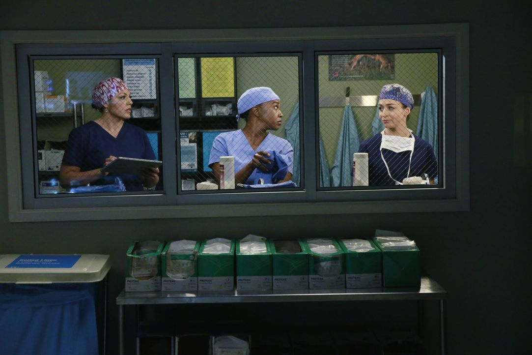 Während der Alltag im Krankenhaus weitergehen muss, ist es für Callie (Sara Ramirez, l.), Stephanie (Jerrika Hinton, M.) und Amelia (Caterina Scorso... - Bildquelle: ABC Studios