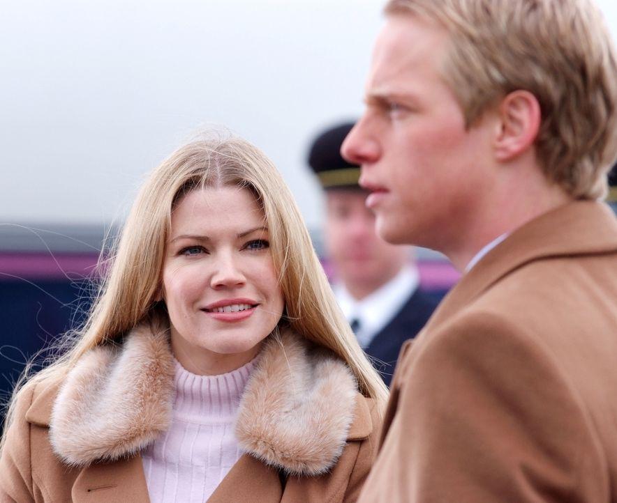 Freuen sich auf ihre Flitterwochen, doch auch diese stehen unter keinem guten Stern: Prinz Edvard (Chris Geere, r.) und Prinzessin Paige von Dänema... - Bildquelle: Nu Image Films