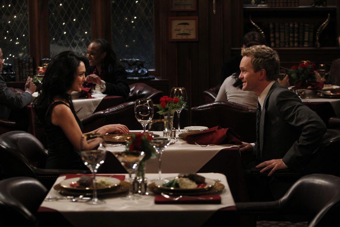 Barney (Neil Patrick Harris, r.) denkt, dass mit ihm etwas nicht stimmt, nachdem er realisiert, dass er tiefe Gefühle für Nora (Nazanin Boniadi, l... - Bildquelle: 20th Century Fox International Television