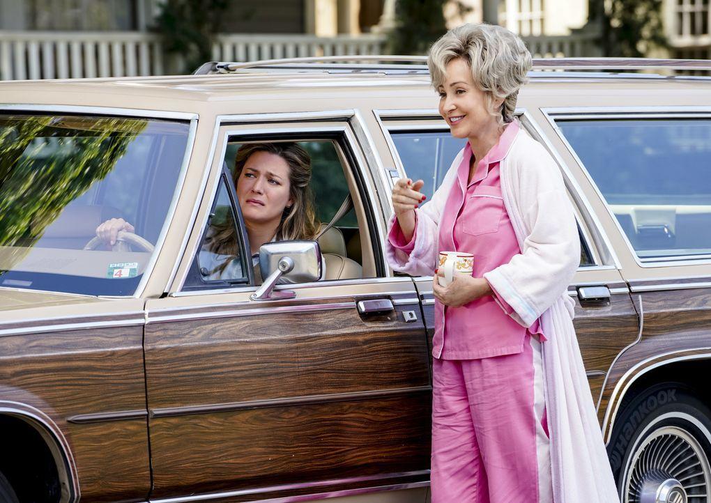 Mary (Zoe Perry, l.); Meemaw (Annie Potts, r.) - Bildquelle: Warner Bros.