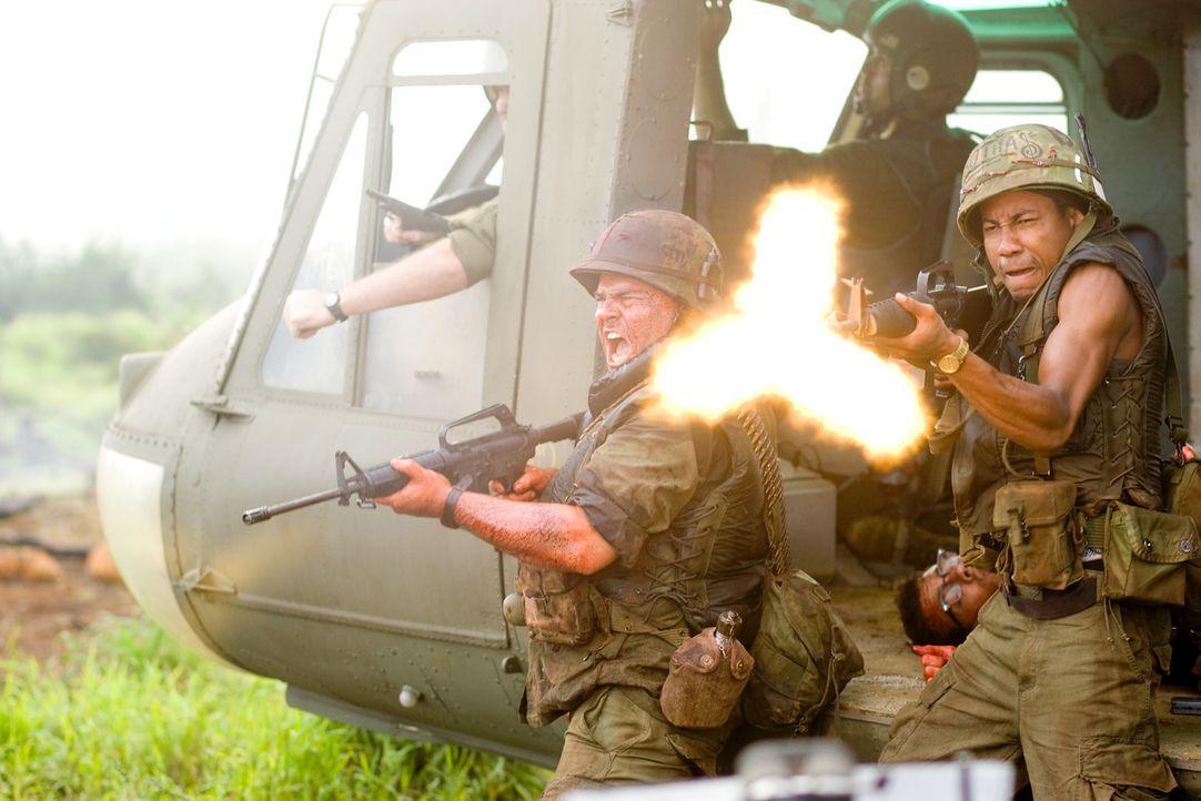 Feuer frei: Jeff (Jack Black, l.) und Alpa (Brandon T. Jackson, r.) sind nur mit nach Vietnam, weil sie sich einen Karriereaufschwung versprochen ha... - Bildquelle: 2008 DreamWorks LLC. All Rights Reserved.
