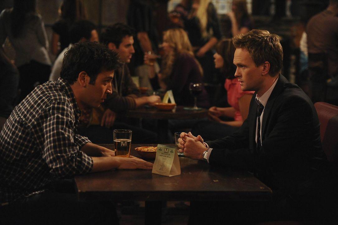 Ted (Josh Radnor, l.) gibt Barney (Neil Patrick Harris, r.) einen Robin-Grundkurs ... - Bildquelle: 20th Century Fox International Television