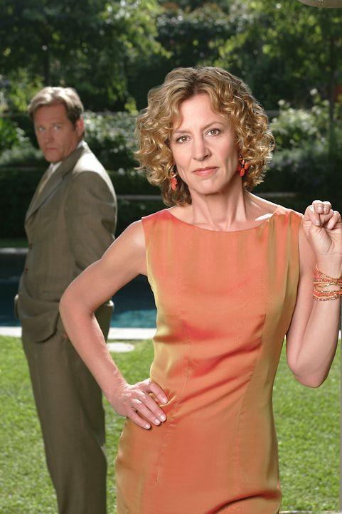 Rose Lloyd (Christine Lahti, r.) ist 47, gutaussehend, erfolgreich und allseits beliebt. Sie ist verheiratet mit Nathan (Brian Kerwin, l.), der im s... - Bildquelle: 2004 Sony Pictures Television Inc. All Rights Reserved.