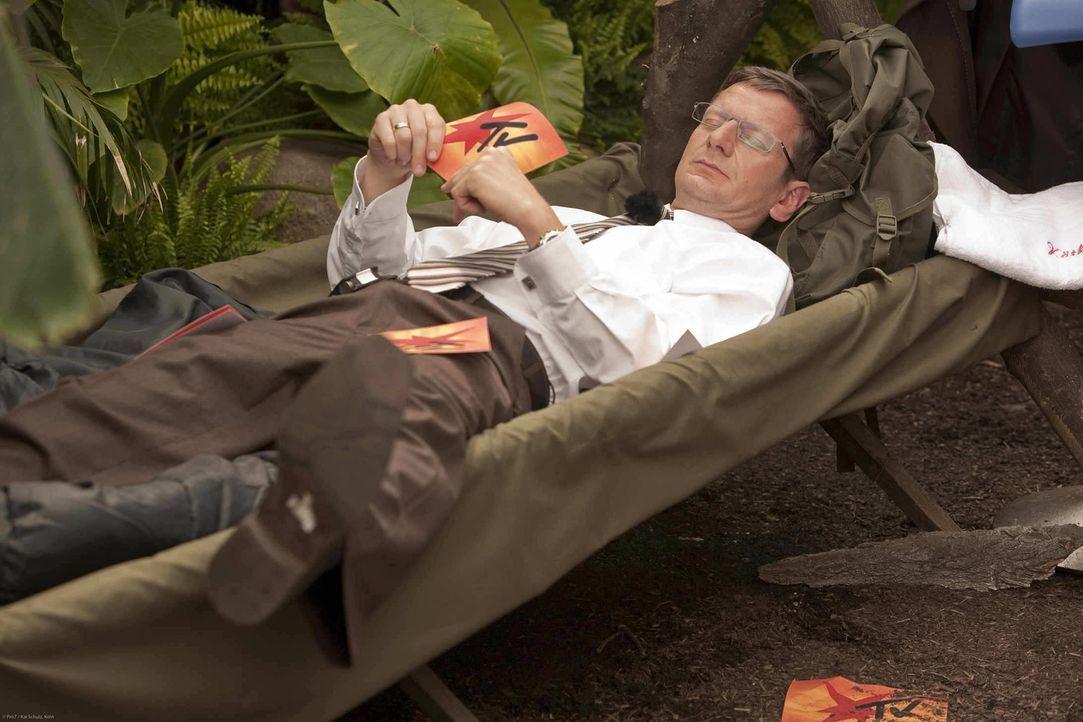 Günther Jauch (Michael Kessler) kann nicht einmal ein Aufenthalt im Dschungelcamp erschüttern ... - Bildquelle: ProSieben