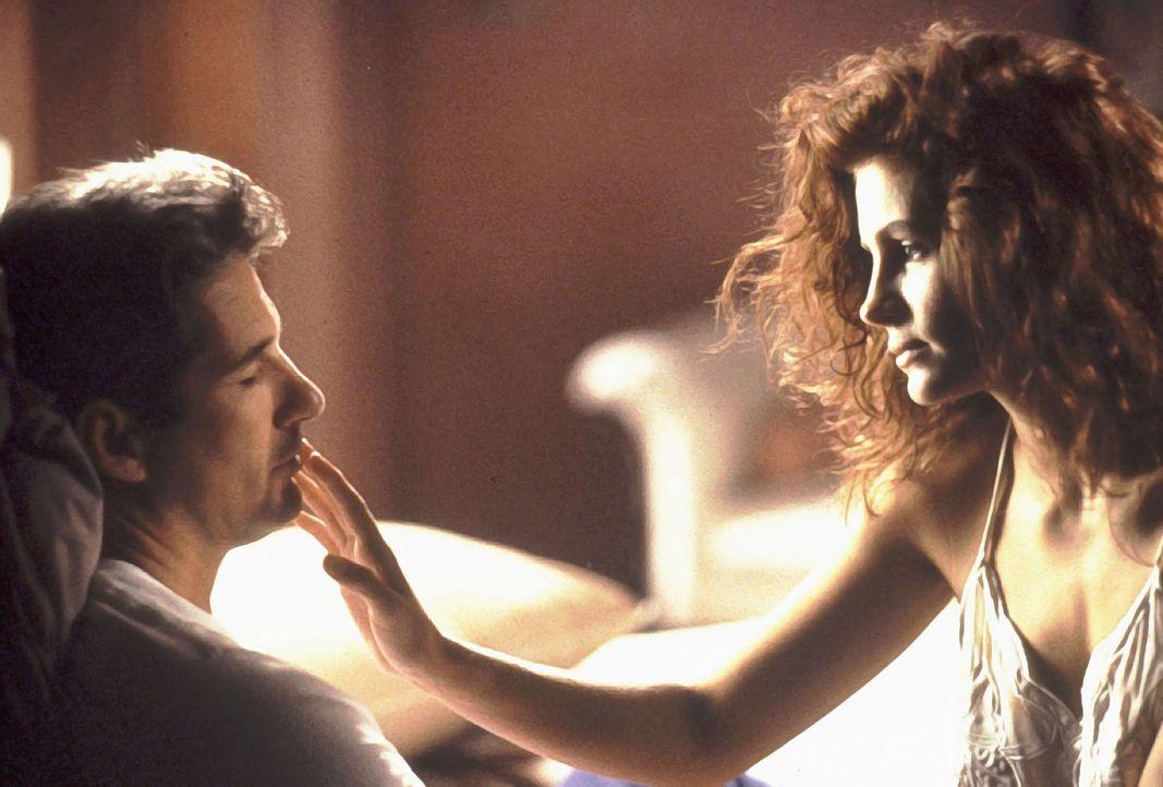 Als Edward Lewis (Richard Gere, l.) auf die Prostituierte Vivian (Julia Roberts, r.) trifft, beginnt für beide eine ungewöhnliche Romanze ... - Bildquelle: Touchstone Pictures. All Rights Reserved.