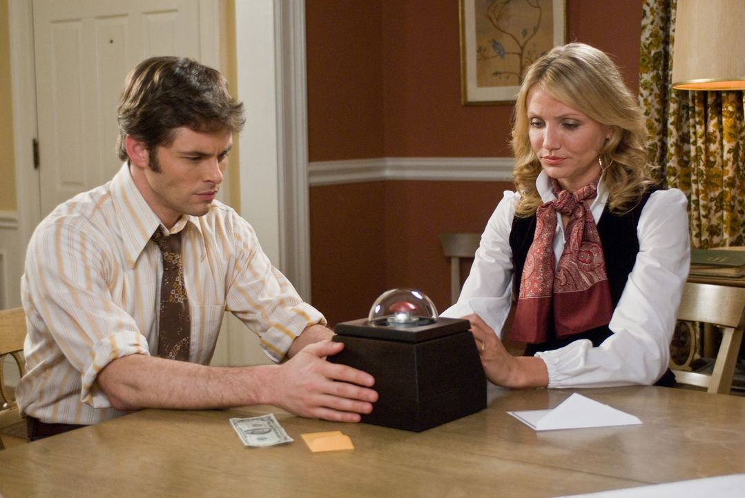 Wenn Arthur (James Marsden, l.) und Norma (Cameron Diaz, r.) den roten Knopf der Box drücken, dann sind sie um eine Millionen reicher. Aber für di... - Bildquelle: Constantin Film Verleih GmbH