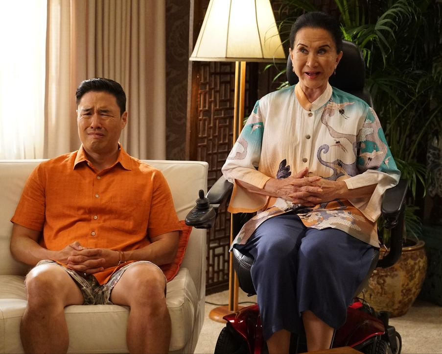 Louis Huang (Randall Park, l.); Grandma Huang (Lucille Soong, r.) - Bildquelle: Eric McCandless 2019-2020 American Broadcasting Companies.  All rights reserved. / Eric McCandless