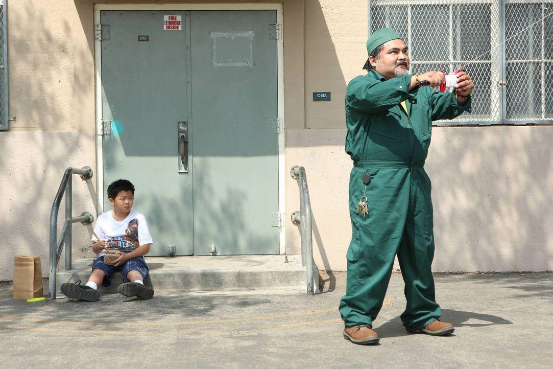 Wird der Hausmeister (Martin Morales, r.) Eddies (Hudson Yang, l.) bester Freund werden? - Bildquelle: 2015 American Broadcasting Companies. All rights reserved.