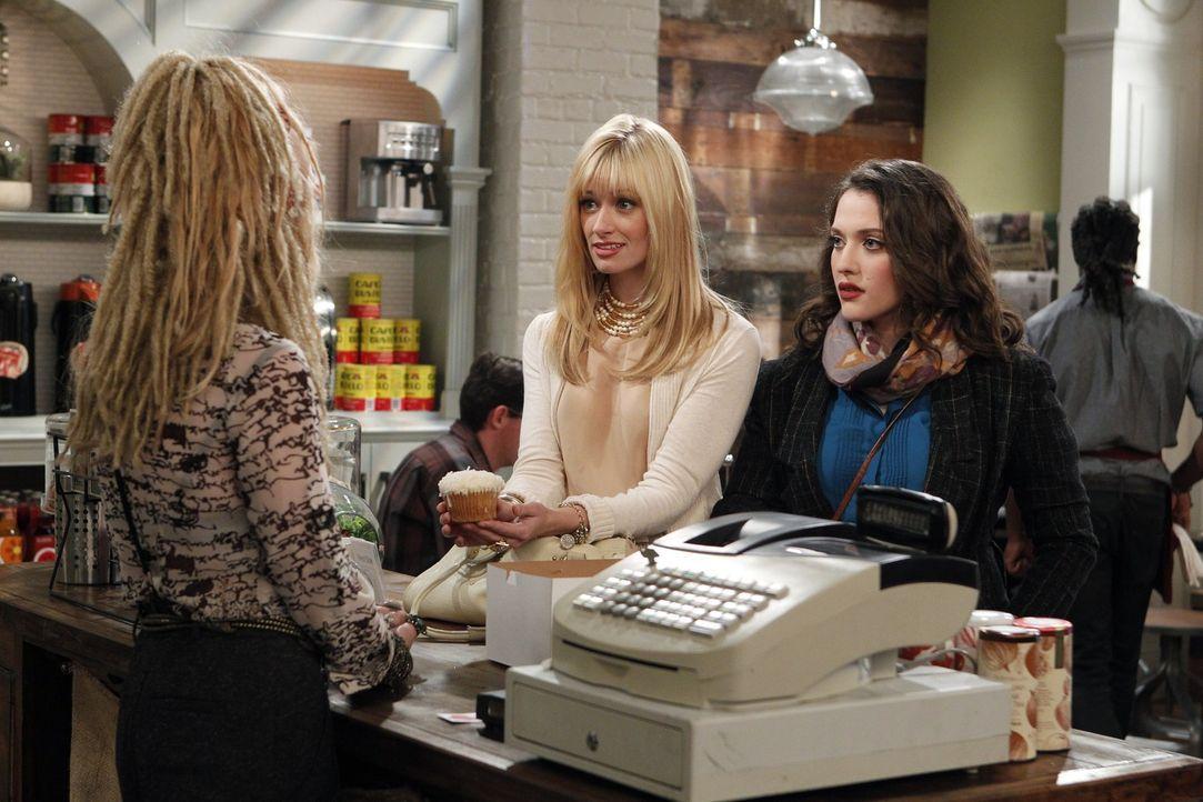 Max (Kat Dennings, r.) und Caroline (Beth Behrs, l.) stellen der Besitzerin eines Coffeeshops ihre Cupcake-Eigenkreationen vor, um ihr Geschäft vor... - Bildquelle: Warner Brothers