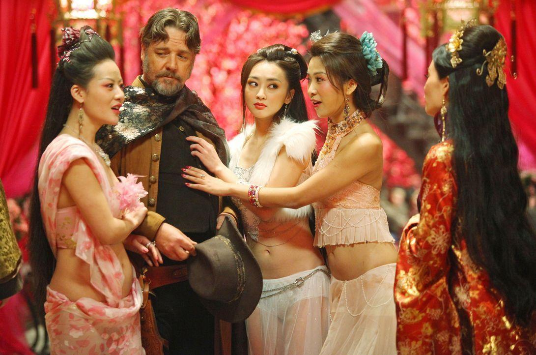 Als sich die Nachricht einer größeren Lieferung Gold verbreitet, taucht plötzlich Jack Knife (Russell Crowe, 2. v.l.) in Madame Blossoms (Lucy Liu,... - Bildquelle: Chan Chuen Universal Pictures / Chan Chuen