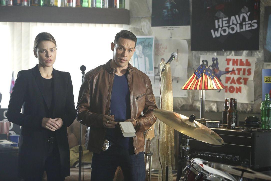 Dan (Kevin Alejandro, r.) versucht, Chloe (Lauren German, l.) zur Seite zu stehen, als Lucifer erst spurlos verschwindet und dann mit einer erschütt... - Bildquelle: 2016 Warner Brothers