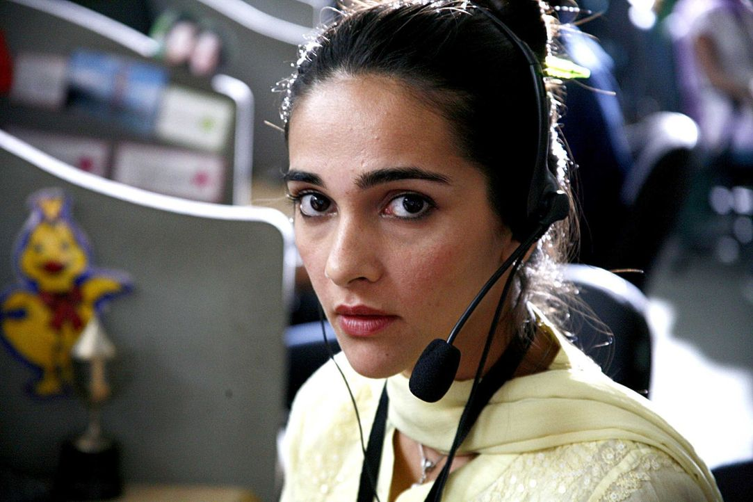 Priya R. Sethi (Shriya Saran) arbeitet in einem Callcenter in der indischen Metropole Mumbai. - Bildquelle: 2008 OEL Productions, INC. All Rights Reserved.