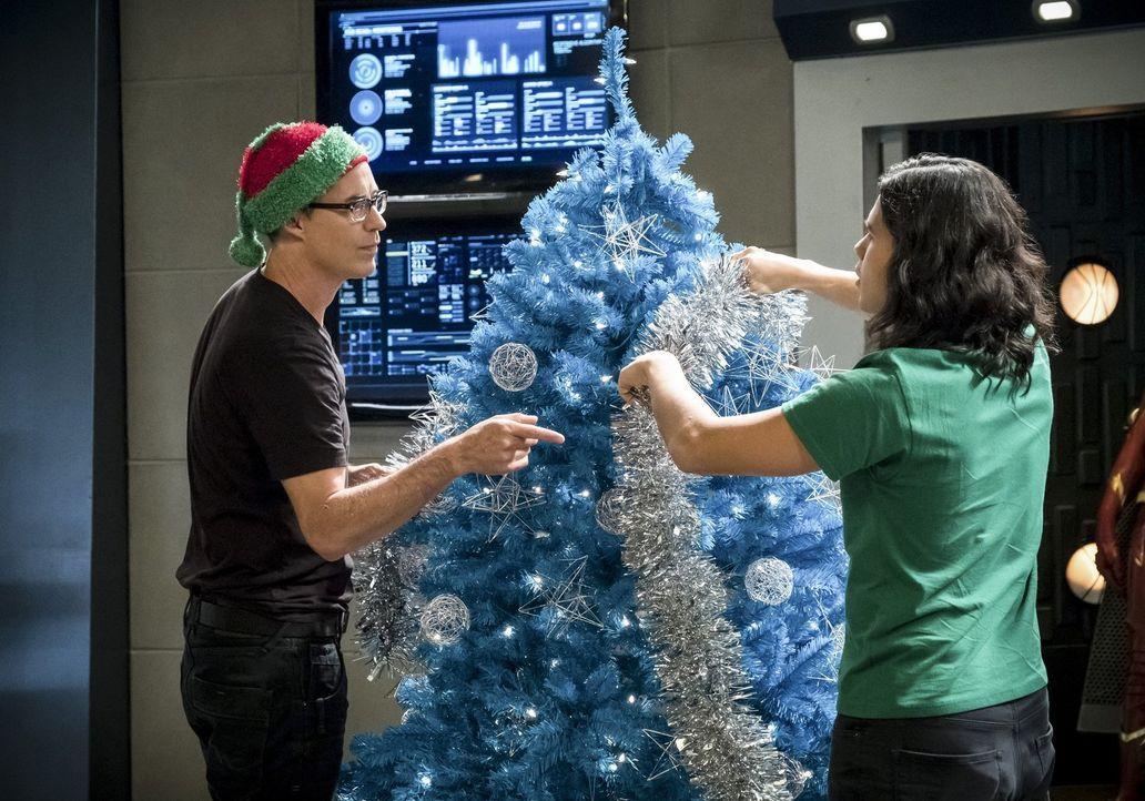 Harry (Tom Cavanagh, l.) und Cisco (Carlos Valdes, r.) wollen sich eigentlich auf die Weihnachtsfeiertage vorbereiten, doch dann setzen die DeVoes z... - Bildquelle: 2017 Warner Bros.