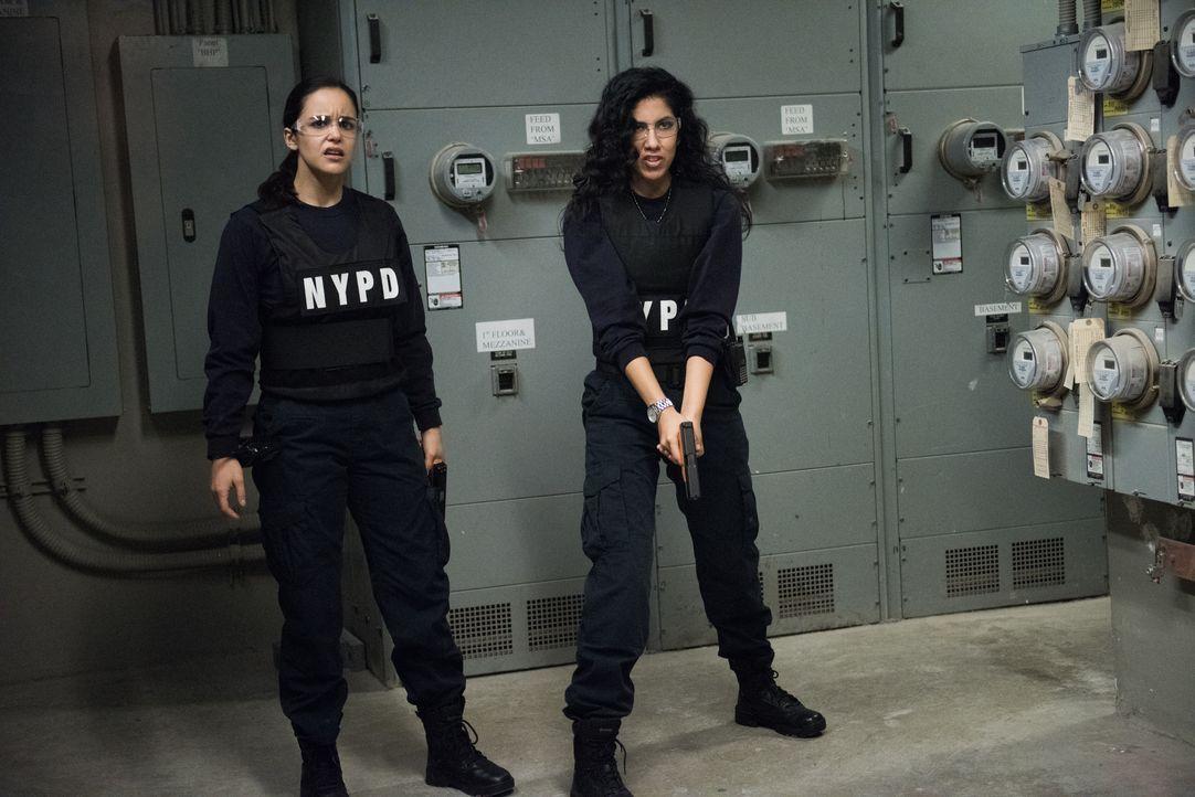Amy Santiago (Melissa Fumero, l.); Rosa Diaz (Stephanie Beatriz, r.) - Bildquelle: Eddy Chen 2014 UNIVERSAL TELEVISION LLC. All rights reserved / Eddy Chen