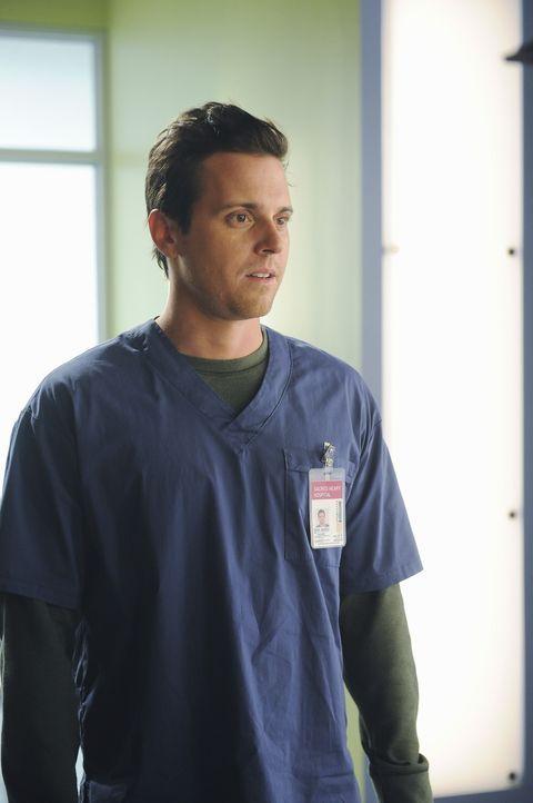 Gemeinsam mit Dr. Cox wischt Drew (Michael Mosley) Cole eins aus ... - Bildquelle: Touchstone Television