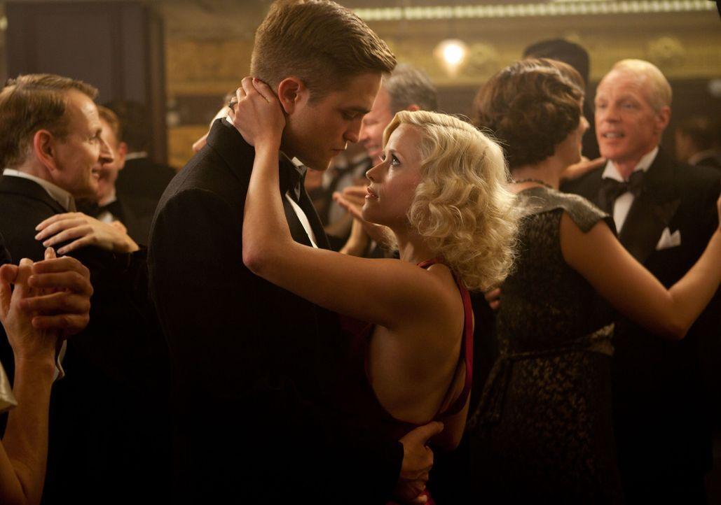 Wird ihnen ihre Liebe zum Verhängnis? Jacob (Robert Pattinson, l.) und Marlena (Reese Witherspoon, r.) ... - Bildquelle: David James 2011 Twentieth Century Fox Film Corporation. All rights reserved.