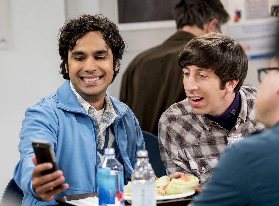 Noch präsentiert Raj (Kunal Nayyar, l.) Howard (Simon Helberg, r.) und seinen anderen Freunden seine neuste Affäre ... - Bildquelle: Warner Bros. Television