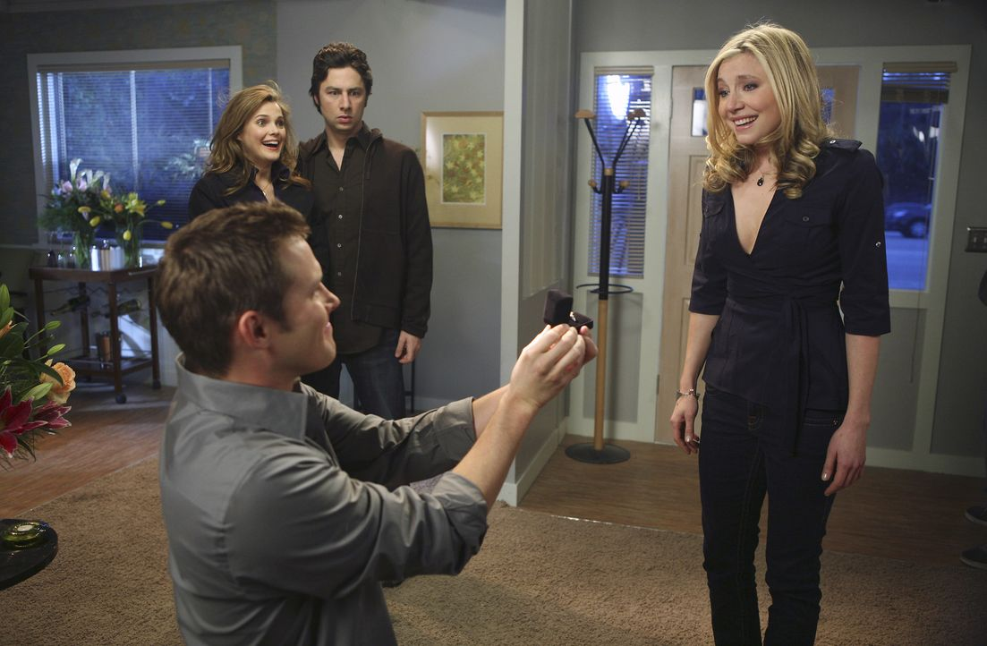 Damit hat Elliott (Sarah Chalke, r.) nicht gerechnet: Keith (Travis Schuldt, l.) macht ihr vor ihren Freunden J.D. (Zach Braff, hinten r.) und Melod... - Bildquelle: Touchstone Television